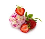 Crème glacée de fraise avec le fruit sur le fond blanc image libre de droits