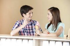 Crème glacée de fraise d'And Sister Having de frère dans le salon Photographie stock libre de droits