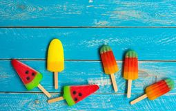 Crème glacée de fruit sur le vieux plancher en bois bleu photographie stock