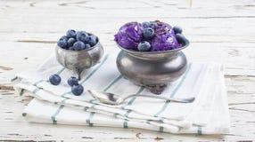 Crème glacée de myrtille sur la tasse d'étain Images libres de droits