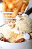 Crème glacée de noix de pécan de beurre avec des pommes frites Photos libres de droits