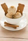 Crème glacée de pain d'épice dans une tasse Photo libre de droits