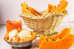 Crème glacée de papaye, de jus et pour le désert sur le fond en bois Images libres de droits