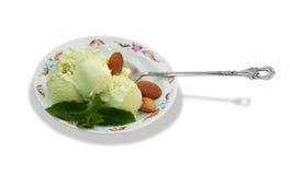Crème glacée de pistache avec les feuilles en bon état d'isolement Photos libres de droits