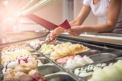 Crème glacée de portion de femme image stock