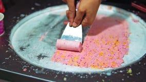 Crème glacée de rue en Asie Cuisson des ingrédients naturels Nourriture de rue banque de vidéos