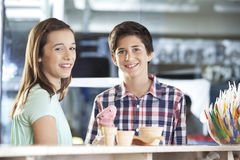 Crème glacée de sourire de fraise d'And Sister With de frère Photos libres de droits
