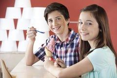 Crème glacée de sourire de fraise d'And Sister Having de frère Images stock