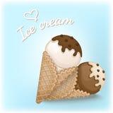 Crème glacée de vanille et de chocolat avec l'écrimage de chocolat et de crème dans des cônes d'une gaufre Photographie stock
