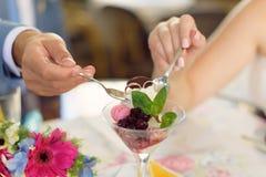 Crème glacée et anneaux de mariage Images stock