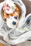 Crème glacée faite maison de myrtilles dans les cônes de gaufre et le blueber frais image stock