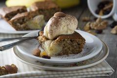 Crème glacée faite maison de tarte, de gâteau et  Gâteau ou tarte de banane Idées douces de nourriture de dessert ou de petit déj images libres de droits