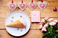 Crème glacée, formes de coeur, roses et boîte-cadeau Photographie stock libre de droits