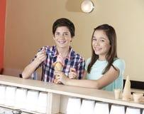 Crème glacée heureuse de fraise d'And Sister Having de frère Images libres de droits