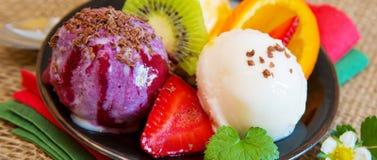 Crème glacée mélangée de fruit avec la fraise photographie stock