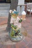 Crème glacée mangeant la statue d'alligator photographie stock libre de droits