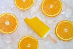Crème glacée mordue avec les tranches oranges Photographie stock libre de droits