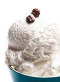 Crème glacée mou de vanille de café dans la cuvette bleue d'isolement au-dessus de B blanc Image stock