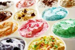 Crème glacée savoureuse d'été dans différentes saveurs Image stock