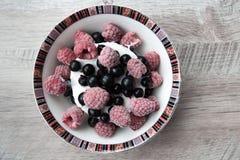 Crème glacée savoureuse et délicieuse avec des baies Photographie stock