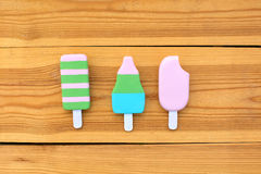 Crème glacée sur le fond en bois images libres de droits