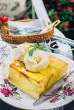 Crème glacée sur le pain grillé de miel Photos stock