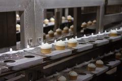 Crème glacée sur une bande de conveyeur photo libre de droits