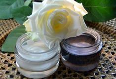 Crème jour et nuit avec la rose de blanc Photos stock