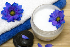 Crème, pierres et essuie-main Image stock