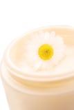 Crème pour la peau sensible avec la camomille Photos libres de droits