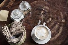 Crème pour le café ou le thé avec une tasse de café et une tasse de WI de thé Photographie stock libre de droits