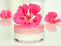 Crème pour un visage avec la fleur Photographie stock