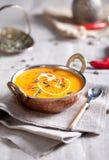 Crème-soupe à potiron avec le piment et les graines images stock