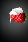 Crème sur la fraise Photographie stock