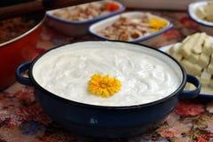 Crème sure dans un pot Photos libres de droits