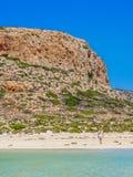 Crète, Grèce : Belle fille blonde appréciant la belle mer clair comme de l'eau de roche de la lagune de Balos image libre de droits