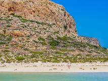 Crète, Grèce : Belle fille blonde appréciant la belle mer clair comme de l'eau de roche de la lagune de Balos photographie stock