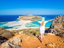 Crète, Grèce : Belle fille blonde appréciant les belles vues de la lagune de Balos photos libres de droits