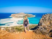 Crète, Grèce : Belle fille blonde marchant le long de la plage de Balos avec le sac à dos et appréciant de belles vues photos libres de droits