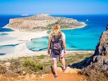 Crète, Grèce : Belle fille blonde marchant le long de la plage de Balos avec le sac à dos et appréciant de belles vues photographie stock