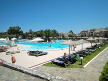 Crète, Grèce - 15 juin 2017 : Belles vues de l'hôtel avec la piscine, les fainéants du soleil et les familles photos stock