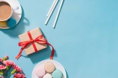 Créatif et macarons avec le cadeau sur le fond bleu Vue supérieure La Floride Photos libres de droits