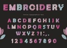 Création de fonte de broderie Lettres et nombres mignons d'ABC dans des couleurs en pastel Photo libre de droits