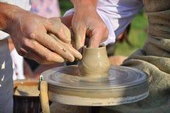 Création de la tasse en céramique par le potier Image libre de droits