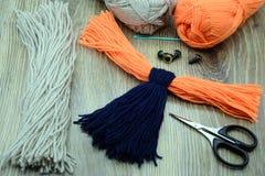 Création des ustensiles pour faire le bouvreuil d'oiseau de fil Photos stock