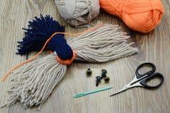 Création des ustensiles pour faire le bouvreuil d'oiseau de fil Photo libre de droits