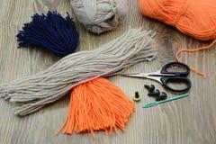 Création des ustensiles pour faire le bouvreuil d'oiseau de fil Photo stock