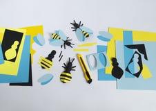 créativité avec des enfants Classe principale sur créer des abeilles de papier Images stock