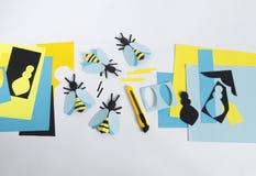 créativité avec des enfants Classe principale sur créer des abeilles de papier Image stock