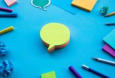 Cr?ativit? d'affaires avec la bulle de papier de note sur le fond bleu de table Id?es de s?ance de r?flexion photographie stock